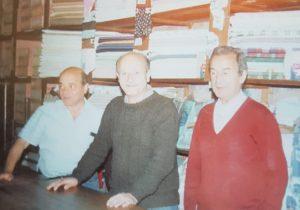 Los hermanos, Eduardo Simón y Juan José Yapor, frente al mostrador, de la antigua y tradicional tienda «San Jorge», fundada por su padre, el inmigrante libanés, Don Jorge Simón Yapor, el 23 de abril de 1916.
