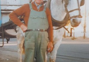 El viejo y querido repartidor de kerosene, don Raúl Cestaro, quien aparece en la fotografía, con su respectivo carro y su caballo.