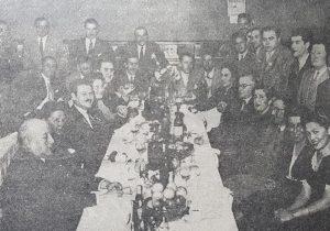 Reunión de los miembros integrantes, de la entidad cultural chivilcoyana, ARPEYA, en las instalaciones del Hotel Internacional, el 10 de mayo de 1944. Allí, se encontraba presente, la escritora, música y docente, Carmen Mundo, quien aparece en la fila de la derecha (la número 4).