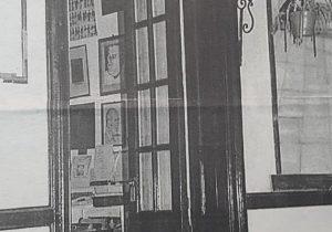 """Acceso a la sede del Archivo Literario, ubicada en el inmueble de la avenida Villarino 28. Funcionó allí, desde 1996, hasta 2011, cuando se trasladó a las instalaciones del Museo Municipal de Artes Plásticas """"Pompeo Boggio""""."""