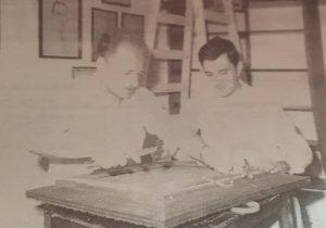 Carlos Armando Costanzo, junto al pintor local, Felipe Di Siervo, en la anterior sede del Archivo Literario Municipal, ubicada en el inmueble de la avenida Villarino Nro. 28, demolido en el mes de diciembre de 2011. La fotografía, corresponde al mes de marzo de 1996. El Archivo Literario, se fundó el 18 de octubre de 1984.