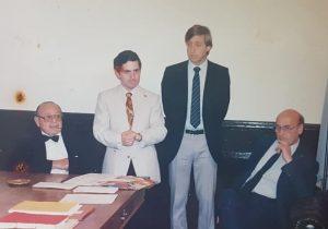 El Dr. Roggiano, en su visita a Chivilcoy, durante el mes de abril de 1988, junto al entonces intendente municipal, Dr. Jorge Adalberto Juancorena, y fundador y director del Archivo Literario Municipal, Carlos Armando Costanzo, y el inspirado y talentoso poeta albertino, Leonildo Praglia (1928-2001).