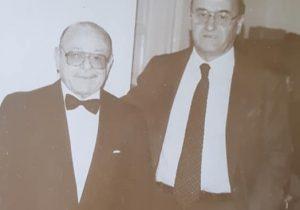 """El Dr. Roggiano, junto al gran poeta albertino, Leonildo Praglia (1928-2001), ganador del Certamen Literario Provincial, dentro del género """"Poesía"""", en el mes de octubre de 1988."""