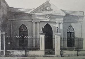 Sede institucional, de la Logia Masónica «Luz del Oeste, del Valle de Chivilcoy», que se hallaba ubicada, sobre la calle 25 de Mayo Nº 84. Se había fundado, hacia el año 1877, y desapareció, en la década de 1920.