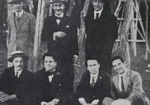 Fotografía juvenil, del polifacético y destacado, escritor, poeta, periodista y diplomático chivilcoyano, Arturo Lagorio (1892-1969) -el segundo sentado, del lado izquierdo-. Su abuela materna, María Gattinoni, fue la primera persona, inhumada en el Cementerio Municipal, en noviembre de 1893.
