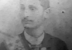 Don Carlos Armando (1867-1943), quien formó parte, durante varios años, de la Logia Masónica «Luz del Oeste», de nuestra ciudad de Chivilcoy. En dicha fotografía, de principio del siglo XX, lo vemos, luciendo la banda y la respectiva insignia, que identificaban a los masones.