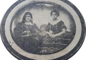 Doña Petrona Falcato de Calderón, esposa del fundador y pionero lugareño, Don Calixto Calderón, y progenitora de Doña Petrona Calderón de Ortíz. La vemos, junto a una de sus hijas, en un antiguo daguerrotipo, de la época.