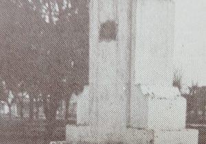 Busto del Dr. Mariano Moreno, en el centro de la plaza homónima; una obra artística, del gran escultor y docente, profesor Antonio Bardi (1909-1988).