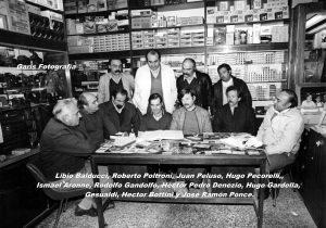 Distintos periodistas chivilcoyanos, en una cálida y fraternal reunión de camaradería. Destacamos la presencia, de los periodistas, Rubén Darío Clemente e Ismael Alejandro Aronne, fundador, en 1997, y director de la emisora F.M. Local.