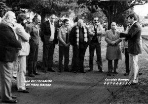 """Ceremonia evocativa, del Día del Periodista, en la plaza Dr. Mariano Moreno; dirigiéndose, a los allí reunidos, el periodista Héctor Pedro Denezio, creador de las audiciones: """"Buenos Días"""" y """"Fórmula Libre"""", por la emisora L.T. 32 Radio Chivilcoy."""