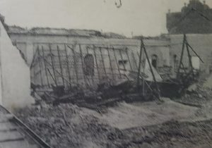 Los escombros, de la humilde y querida Capilla del Carmen, después de su derrumbe, el 16 de octubre de 1945. Se había inaugurado, el domingo 19 de julio de 1896, y allí, se ofició la primera misa, el 16 de julio de 1900.