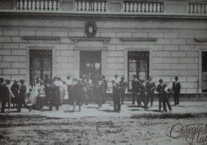 La antigua sede, del viejo Colegio Nacional «José Hernández», de Chivilcoy, ubicada, en la intersección de las calles, San Lorenzo y Garibaldi. Allí, hubo de funcionar, dicho establecimiento educacional, desde 1914 hasta 1939.
