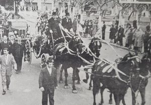 El sepelio simbólico, de Eva Duarte de Perón, llevado a cabo, en el mes de agosto de 1952, por las calles de nuestra ciudad de Chivilcoy.