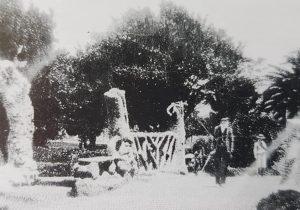 La plaza principal 25 de Mayo, de Chivilcoy, en la que podían observarse, la misteriosa gruta y el romántico puentecito, de dicho paseo público, la citada plaza, se remodeló, en la década de 1930, y desaparecieron, entonces, la gruta y el puentecito, que hoy perduran, a través de amarillentas y nostálgicas estampas fotográficas…
