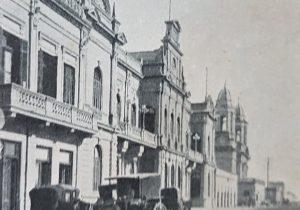 Estampa fotográfica, del Palacio Municipal, aparecida, en la página Nº20, del «Atlas General de la República Argentina». Dicha publicación, se editó, entre los años 1908 y 1909.