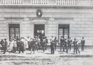 Fachada, del viejo Colegio Nacional, que se encontraba ubicado, en una finca, de la familia Badano, ubicada, en la intersección, de las calles San Lorenzo y Garibaldi. En dicho lugar, funcionó, el citado establecimiento educativo, entre los años 1914 -cuando se produjo su apertura-, y 1939.