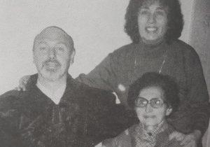 El procurador Juan Antonio Larrea, junto a su madre, ya fallecida y su esposa, Rosa Haydée Giannini, en una fotografía, de la década de 1990.