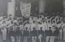 """Comparsa """"Los Marinos del Plata"""", que participó en los corsos, del carnaval chivilcoyano, a principios del siglo XX."""