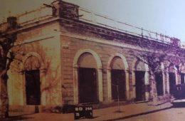 Antigua propiedad, ubicada sobre la calle San Martín Nº 112, denominada «La Casa de la Lira». Allí, vivió y falleció, a las 9 de la mañana, del 3 de marzo de 1910, el eximio poeta chivilcoyano, Carlos Ortiz. Nacido el 27 de enero de 1870, tenía apenas, 40 años de edad.