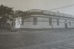Fachada del colegio Nuestra Señora de la Misericordia, en la intersección de las calles 9 de Julio y Gral. Paz. Las religiosas, de dicha congregación, fundada en 1837, por la santa María Josefa Rossello, llegaron a Chivilcoy, el 12 de marzo de 1882.