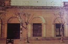 """Antigua propiedad, ubicada sobre la calle San Martín Nº 112, denominada """"La Casa de la Lira"""". Allí, vivió y falleció, a las 9 de la mañana, del 3 de marzo de 1910, el eximio poeta chivilcoyano, Carlos Ortiz. Nacido el 27 de enero de 1870, tenía apenas, 40 años de edad."""