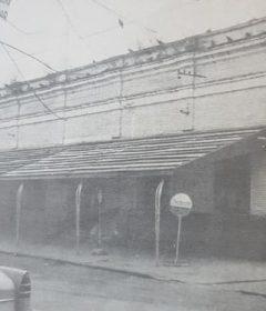 El edificio, de la vieja Terminal de Ómnibus, de Chivilcoy, sobre la primera cuadra, de la calle Necochea. El citado inmueble, se demolió en el mes de junio de 1982. En ese lugar, hoy funciona, la dirección de Asuntos Legales, de la comuna, y la dirección de Calidad Alimentaria, Zoonosis y Medio Ambiente (CAZMA), de la municipalidad; como asimismo, la oficina de Estacionamiento Medido.
