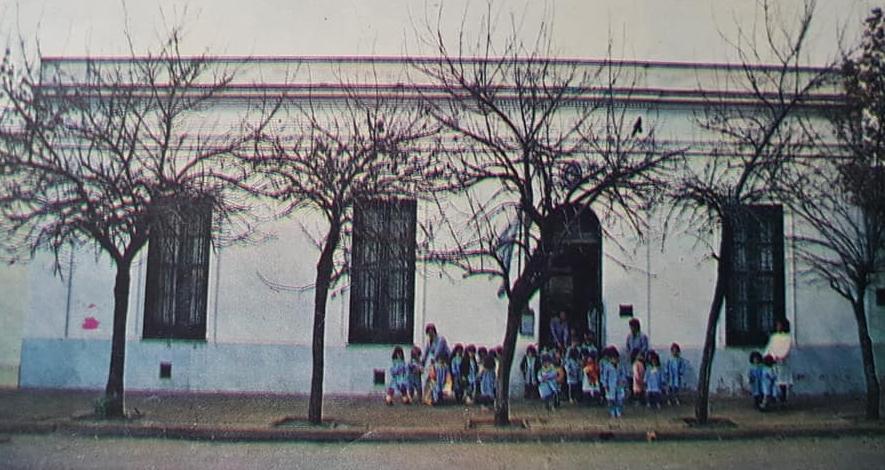 El Día de la Maestra Jardinera. La Escuela Formativa de Profesoras para Jardines de Infantes, que se creó en Chivilcoy, en 1948, y fue el antecedente histórico, del Instituto de Formación Docente.