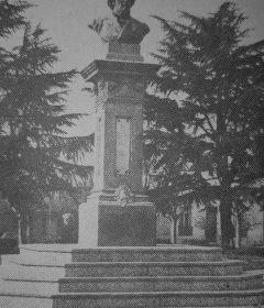 La pintoresca y entrañable, plaza «Teniente General Bartolomé Mitre», de Chivilcoy, bautizada con esa denominación, por una ordenanza (La Nº43), del Honorable Concejo Deliberante local, el 8 de junio de 1901.