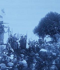 Solemne y multitudinaria ceremonia, de inauguración oficial, del busto de bronce, del Teniente General Bartolomé Mitre (1821-1906), en el centro de la plaza homónima. La obra artística, pertenece al gran escultor y docente, Torcuato Tasso Nadal. Dicha ceremonia, se llevó a cabo, con motivo del 53 aniversario, de la fundación de nuestra ciudad de Chivilcoy, el 22 de octubre de 1907.