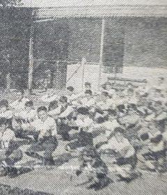 Clase de Educación Física, en el patio del Colegio «Buen Consejo», de los sacerdotes agustinos, de la Capilla del Carmen. Allí, hubo de ejercer la docencia, el gran sacerdote y poeta, Miguel Mucientes (Fotografía de 1924).