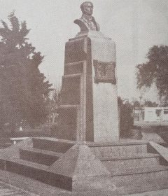 El busto de bronce, del Dr. Florencio Varela (1807-1848), inaugurado el 22 de octubre de 1936; una magnífica y apreciable obra artística, del destacado escultor, docente y hombre público chivilcoyano, profesor Antonio Bardi (1909-1988).