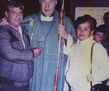 Los padres de Patricia, Juan Carlos y Carmen Nélida, junto al Obispo de Mercedes-Luján, monseñor Emilio Ogñenovich, quien redactó la oración dedicada a la memoria de Patricia Leiva. Dicha fotografía data del año 1987. Monseñor Ogñenovich, había nacido, en 1923, y falleció el 29 de enero de 2011.