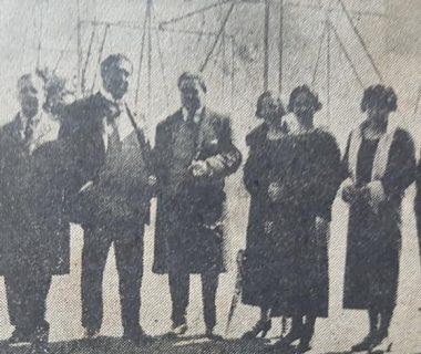 El profesor Miguel Anuncio Tarzia, junto a otros docentes del establecimiento educativo, en el patio del viejo Colegio Nacional «José Hernández». Era rector, de dicha casa de estudios, el arquitecto Abel Basso Dastugue, y la citada fotografía, data de la década de 1930.