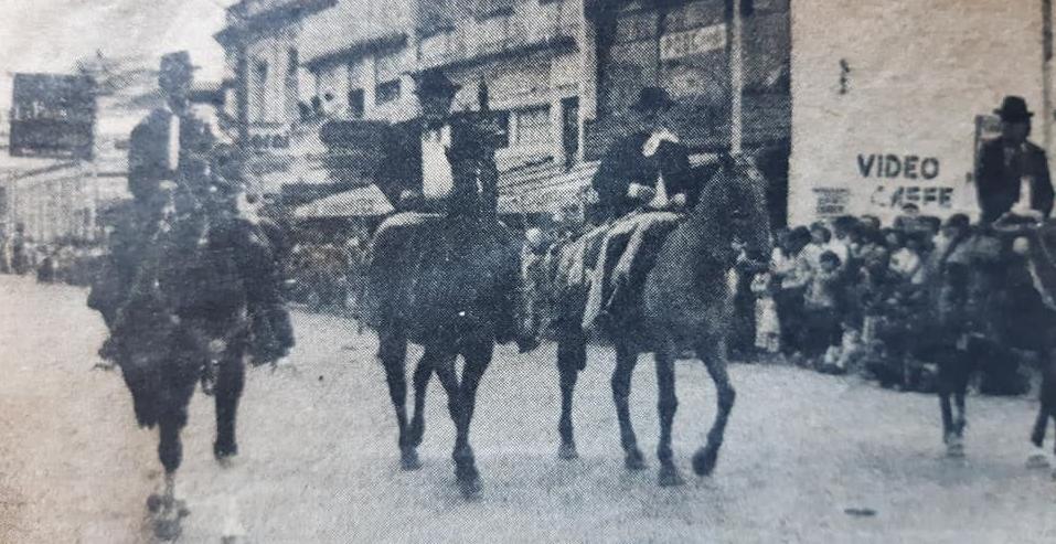 """La brillante fiesta de la Tradición, que se realizó en Chivilcoy, el domingo 18 de noviembre de 1984, reflejada en las páginas del diario porteño """"Tiempo Argentino""""."""