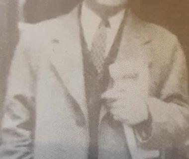 El notable y valeroso periodista y maestro normal, Constantino Antuña, gran director y propulsor del diario «El Progreso», aparecido entre los años, 1930 y 1942. Había nacido, en España, el 7 de noviembre de 1908, y fallecido en Buenos Aires, joven aún, a los 52 años de edad, el 27 de abril de 1960. Fue un aleccionador y hermoso ejemplo, de honestidad intelectual, coherencia y fidelidad a sus principios morales y convicciones políticas, y  enorme admirable coraje personal.