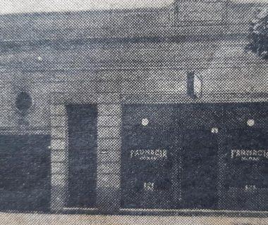 Anterior edificio, de la antigua y tradicional farmacia Homar, sobre la avenida Villarino Nº123. Junto a dicho establecimiento, puede observarse la casa de familia, donde residía el farmacéutico. La farmacia Homar, se fundó en el año 1924.