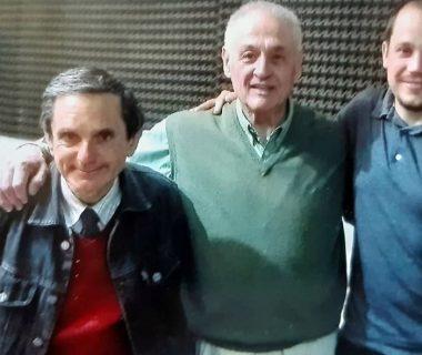 Carlos Armando Costanzo y Germán Carlos Nicolini, junto al comentarista y animador radiofónico, Alfonso Tito Salvatore, en los estudios de la emisora local LT 32 Radio Chivilcoy, durante el transcurso del programa «Caminando por la vida», del sábado 26 de octubre de 2019, que estuvo dedicado, al 35 aniversario del Archivo Literario Municipal.