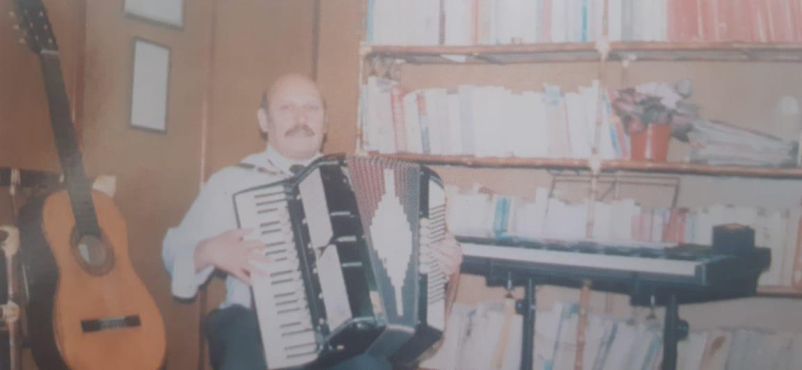 El caracterizado acordeonista, organista y docente, profesor Derlis Herbón