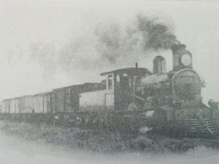 Tren carguero, atravesando la zona rural de Chivilcoy.