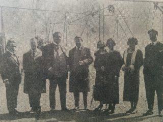 El profesor Tarzia (El primero de la izquierda), en compañía de otros docentes y preceptores , del viejo Colegio Nacional «José Hernández», ubicado en la intersección de las calles, San Lorenzo y Garibaldi.