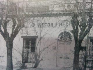 Sede de la Cooperadora del Hospital Municipal. La fotografía, nos muestra el edificio, donde por entonces, funcionaba la feria ganadera, de la firma de Víctor y Héctor Moras.
