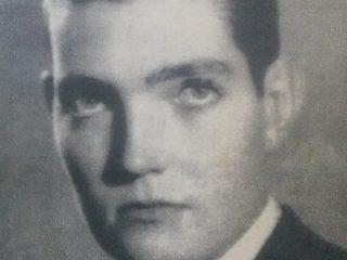 Retrato juvenil, de Julio Florencio Cortázar, cuando residía aquí, en nuestra ciudad. Fue en el período, comprendido entre los años 1939 y 1944. Dicha fotografía, pertenece al estudio de Ignacio Tankel (1912-1984), recordado fotógrafo y realizador cinematográfico, en las décadas chivilcoyanas, de 1940 y 1950.
