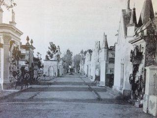 El viejo Cementerio Municipal, ubicado en la zona geográfica de la avenida 22 de octubre y el barrio P.Y.M. Fue clausurado, en noviembre de 1893, y sus ruinas, se removieron, a principios de la década de 1930.