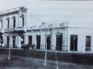 El Almacén de Ramos Generales «La Buena Medida», en la intersección de la calle Hipólito Yrigoyen y la avenida Ceballos.
