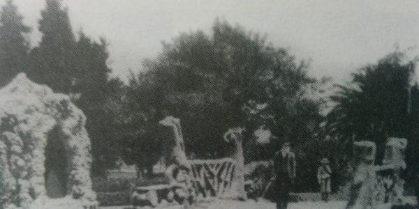 La plaza principal 25 de Mayo, a comienzos del siglo XX, cuando contaba con una romántica gruta y un curioso puente, para atracción y regocijo, de todos los chivilcoyanos.