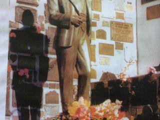 El monumento al inmortal Morocho del Abasto, en el cementerio de la Chacarita. El Zorzal Criollo, había nacido, el 11 de diciembre de 1890, y murió en forma trágica, el 24 de junio de 1935. Estuvo en Chivilcoy, el 6 de abril de 1912; los días 6 y 7 de agosto de 1921; en 1925, y los días 5 y 6 de agosto de 1933.
