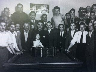 Bar «El Chimango», de Don José Piedegrosso. Fotografía registrada, a comienzos de la década de 1960. Con anterioridad, habían funcionado, en ese lugar, el Café «La Copita de Plata», o «La Tacita de Plata», y el bar «Los Vasquitos».