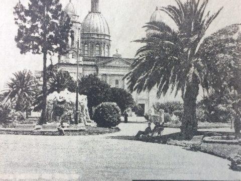 Postal fotográfica, de la plaza 25 de Mayo, a principios del siglo XX.
