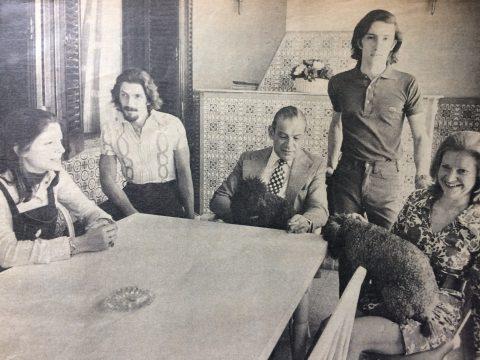 El Dr. Francisco Falabella, junto a su familia, en 1973. Dicha fotografía, al igual que las otras imágenes, que insertamos en esta página, apareció publicada, en una nota de la revista porteña «Gente», sobre el Dr. Francisco Falabella; la cual, está firmada por la periodista Helena Serrot.