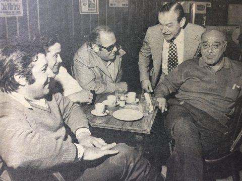 El Dr. Falabella, con sus amigos del Club Social de Chivilcoy.